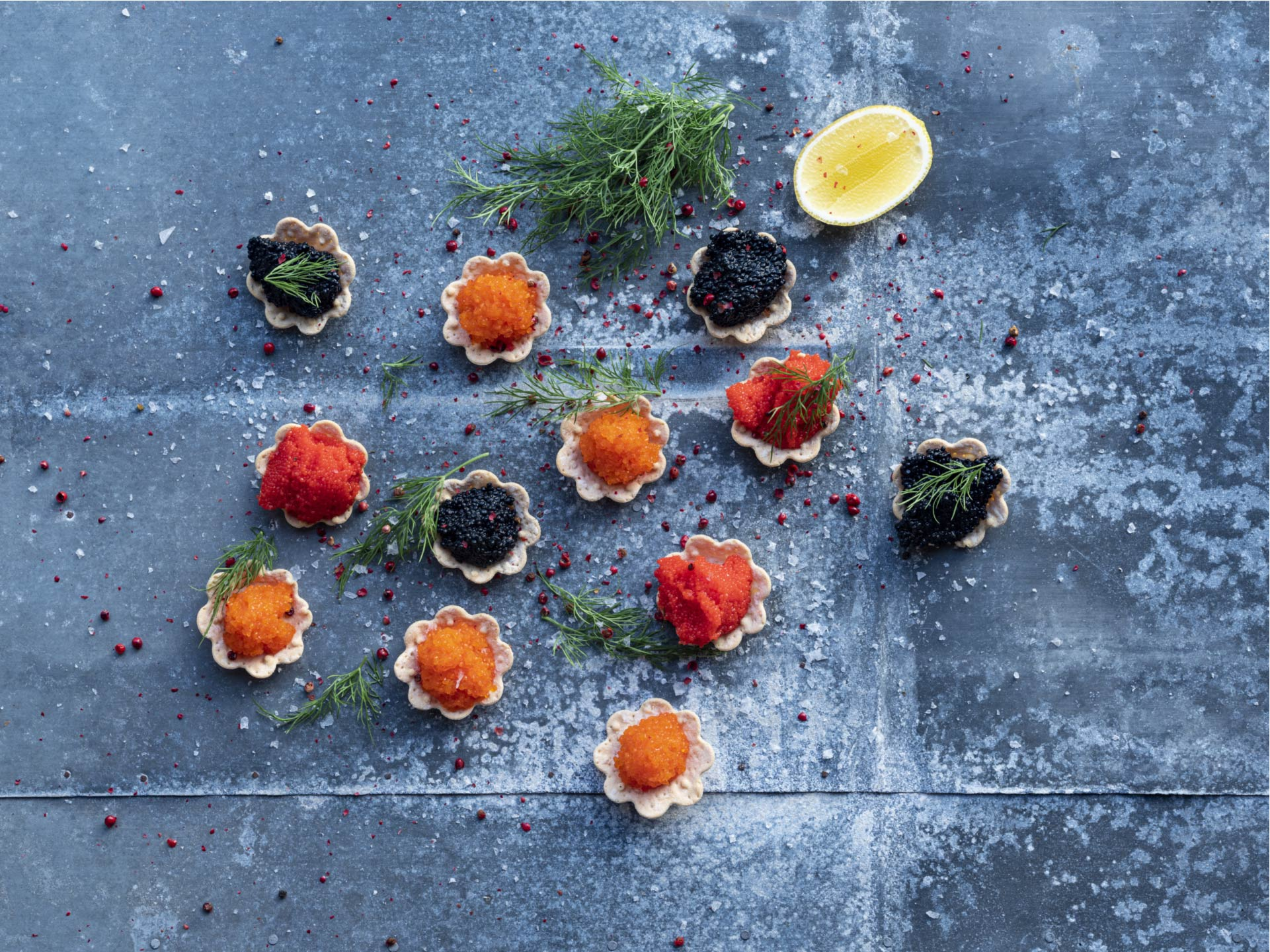canapé med cavi-art - i forskellige farver af naturlige farvestoffer - æstetisk og etisk alternativ til en kaviar